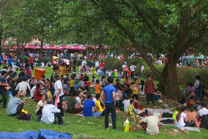 Hàng vạn du khách đổ về Đền Hùng trước ngày giỗ tổ - Ảnh 21.