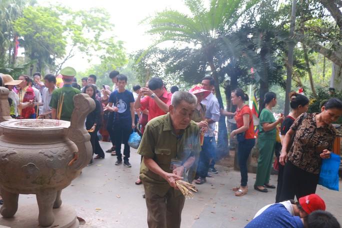 Hàng vạn du khách đổ về Đền Hùng trước ngày giỗ tổ - Ảnh 12.