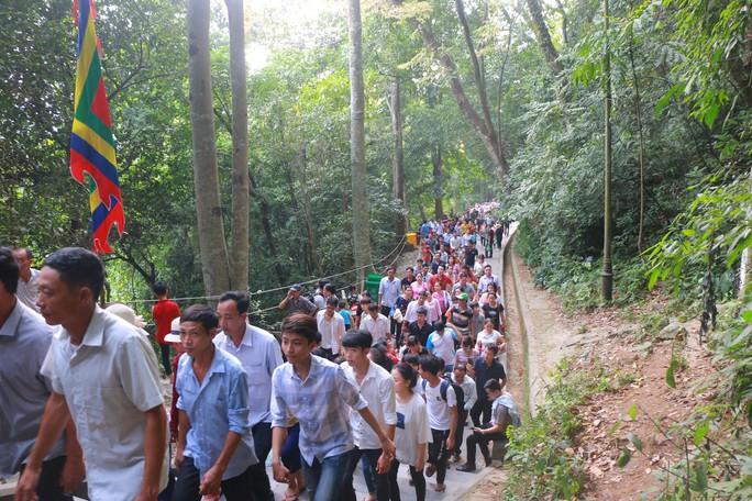 Hàng vạn du khách đổ về Đền Hùng trước ngày giỗ tổ - Ảnh 14.