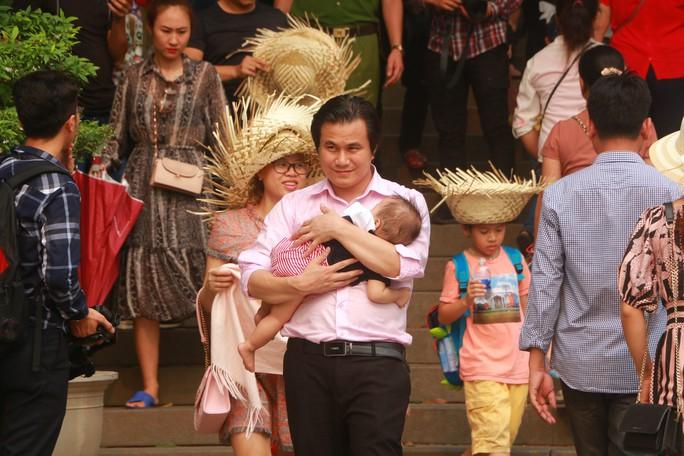 Hàng vạn du khách đổ về Đền Hùng trước ngày giỗ tổ - Ảnh 16.