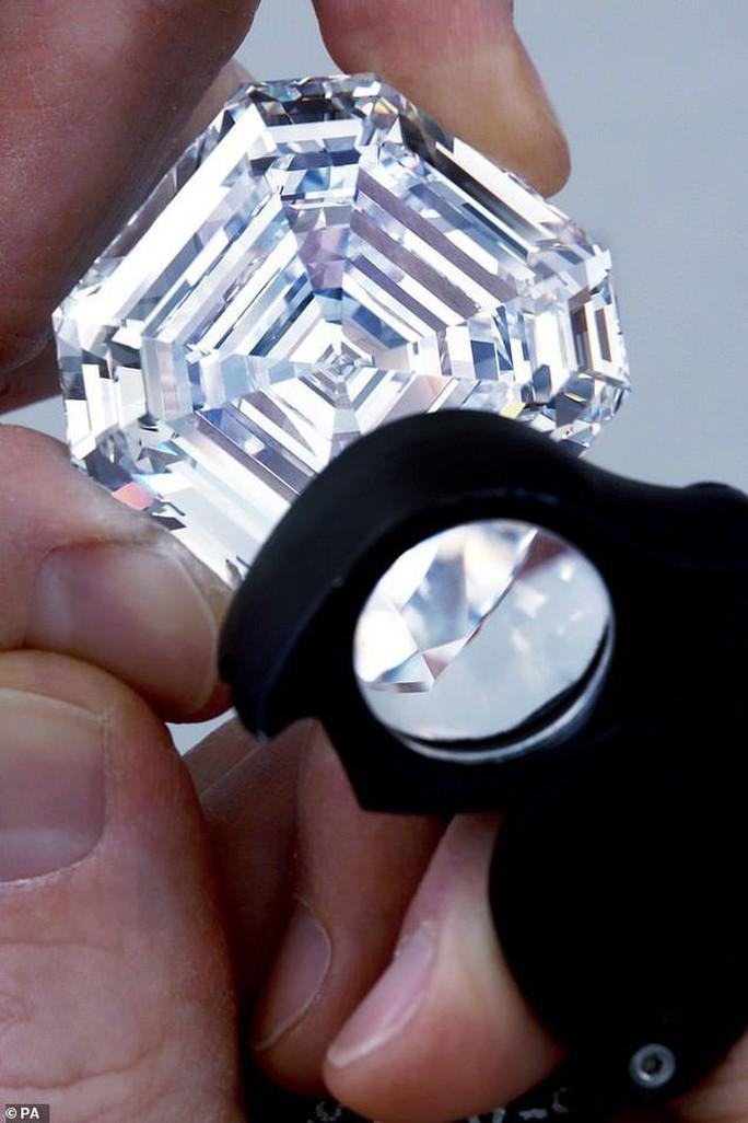 Bị phát hiện 44 viên kim cương trong hậu môn vì chạy xe không có biển số - Ảnh 2.