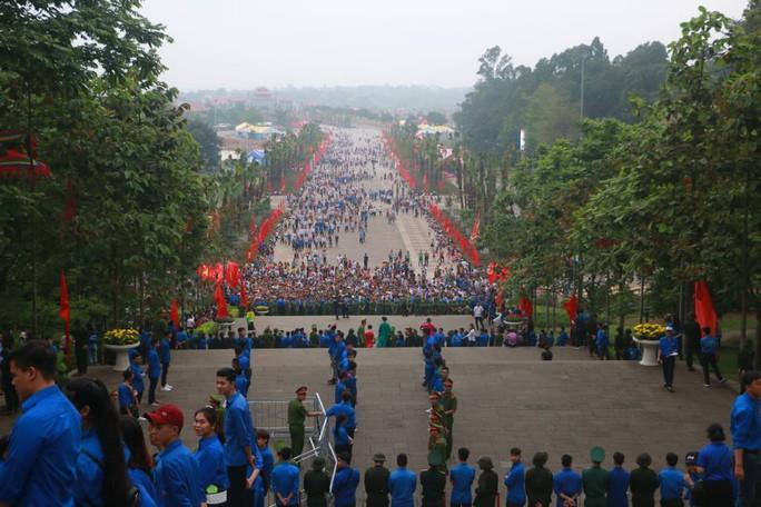 Chủ tịch Quốc hội Nguyễn Thị Kim Ngân dâng hương các Vua Hùng - Ảnh 11.