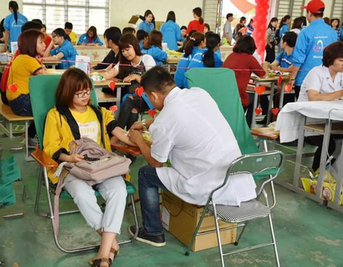 800 công nhân tham gia hiến máu tình nguyện - Ảnh 1.