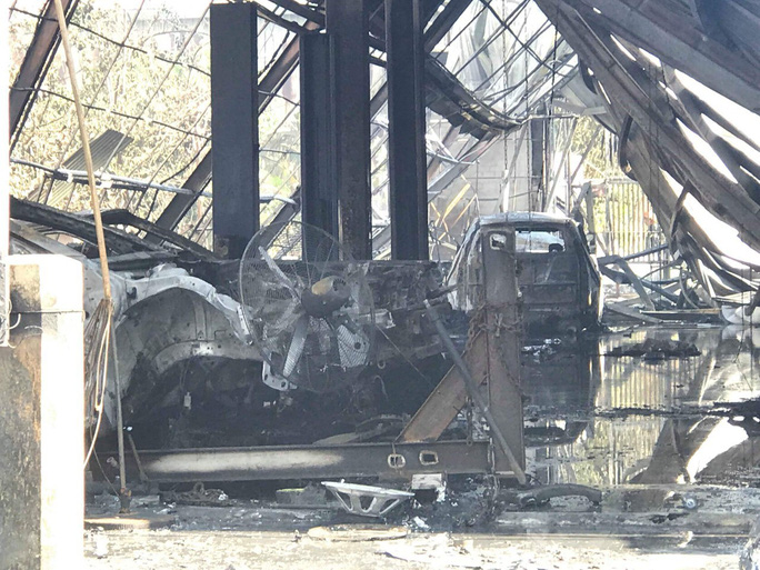10 ô tô bị thiêu rụi trong ngày giỗ tổ Hùng Vương - Ảnh 3.