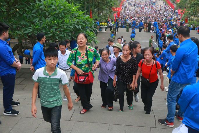 Cận cảnh vạn người chen chúc nghẹt thở ngày chính hội Đền Hùng - Ảnh 4.