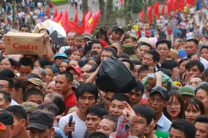 Cận cảnh vạn người chen chúc nghẹt thở ngày chính hội Đền Hùng - Ảnh 30.