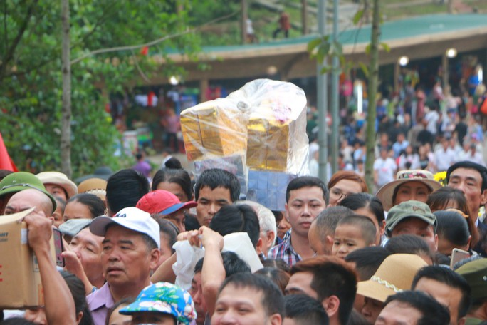Cận cảnh vạn người chen chúc nghẹt thở ngày chính hội Đền Hùng - Ảnh 29.