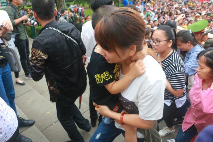 Cận cảnh vạn người chen chúc nghẹt thở ngày chính hội Đền Hùng - Ảnh 18.