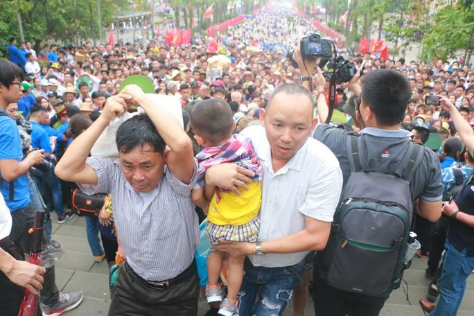Cận cảnh vạn người chen chúc nghẹt thở ngày chính hội Đền Hùng - Ảnh 20.