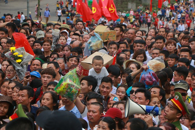 Cận cảnh vạn người chen chúc nghẹt thở ngày chính hội Đền Hùng - Ảnh 25.