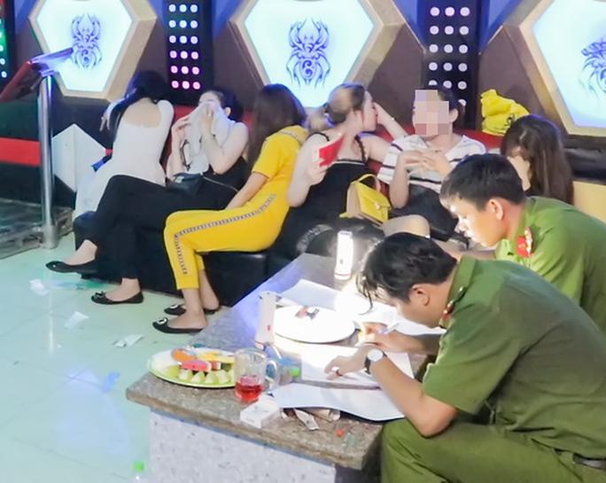 Vĩnh Long: 9 nữ, 11 nam phê ma túy trong quán karaoke Happy Garden - Ảnh 1.