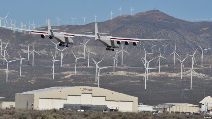 Máy bay lớn nhất thế giới lần đầu cất cánh - Ảnh 1.