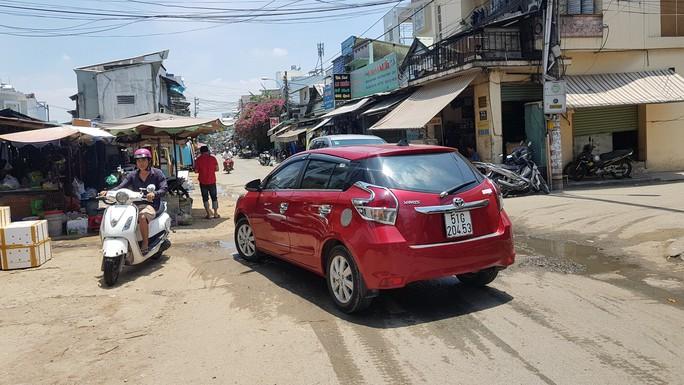 CLIP: Nữ tài xế đậu ôtô giữa đường để đi chợ gây bức xúc - Ảnh 1.