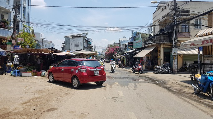 CLIP: Nữ tài xế đậu ôtô giữa đường để đi chợ gây bức xúc - Ảnh 2.