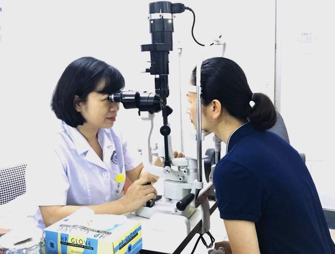 Nữ sinh 16 tuổi suýt mù vì dụi côn trùng bay vào mắt - Ảnh 1.