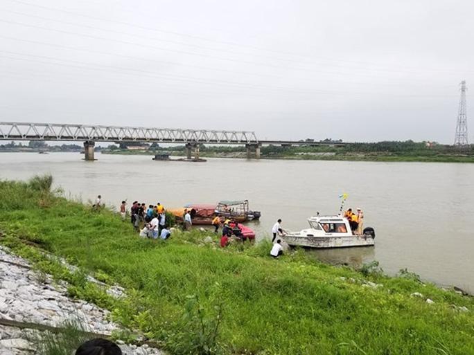 Nữ sinh lớp 12 nhảy sông tự tử nghi do bị xâm hại sau tiệc liên hoan - Ảnh 1.