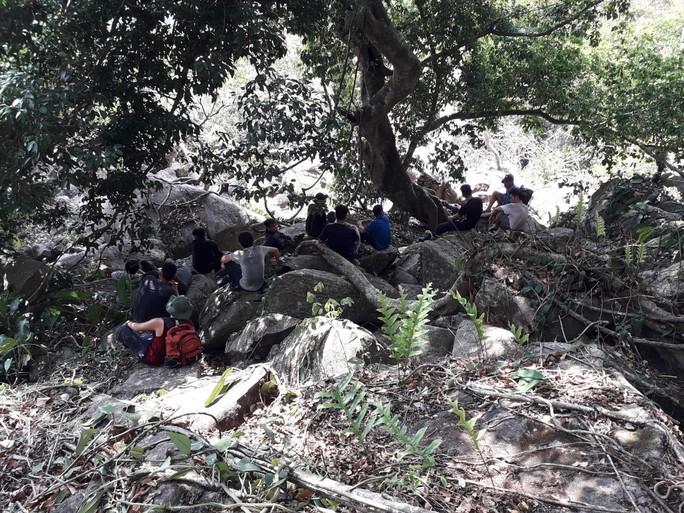 Khám phá núi Bà Đen, 2 người bị ong tấn công, gần chục người tham gia giải cứu - Ảnh 1.