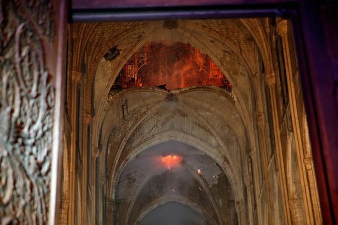 Clip Tổng thống Pháp: Chúng tôi sẽ tái xây dựng Nhà thờ Đức Bà - Ảnh 3.