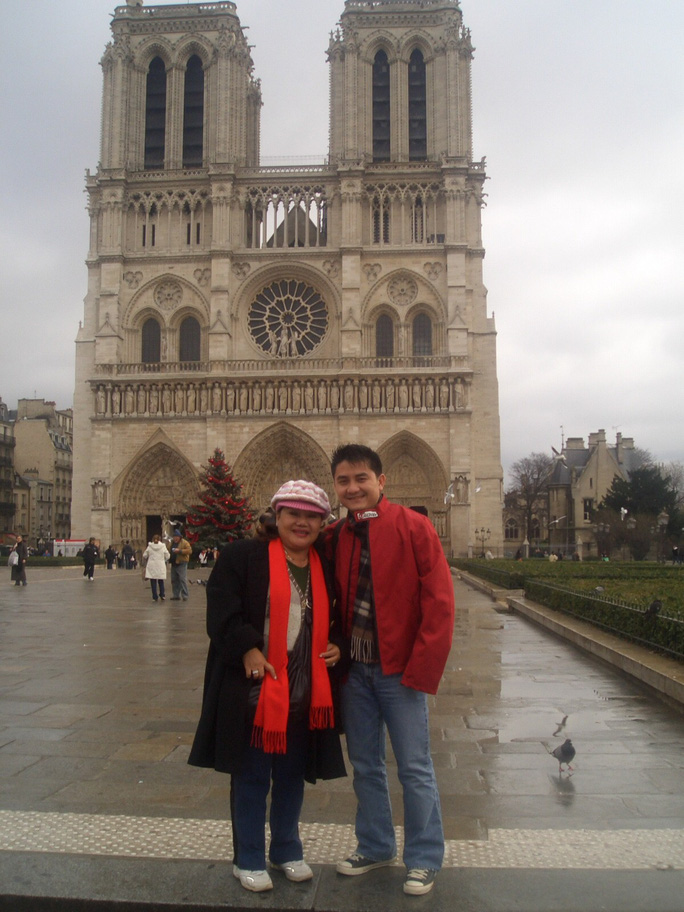 Nghệ sĩ bàng hoàng trước ngọn lửa bùng lên từ Nhà thờ Đức Bà Paris - Ảnh 2.