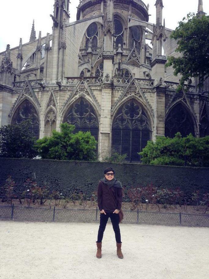 Nghệ sĩ bàng hoàng trước ngọn lửa bùng lên từ Nhà thờ Đức Bà Paris - Ảnh 6.