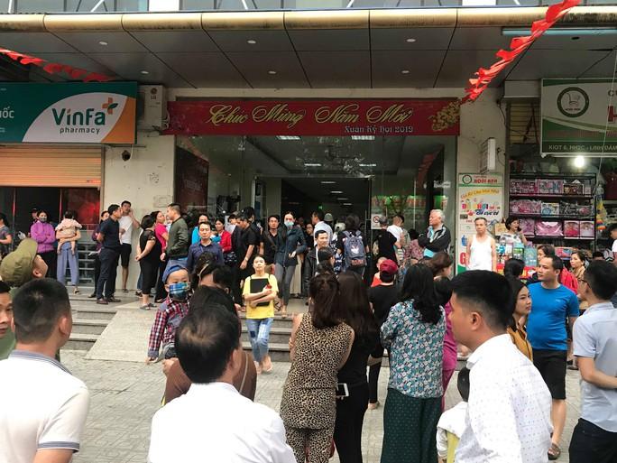 Cháy chung cư HH Linh Đàm nhiều người dân nháo nhác bỏ chạy - Ảnh 1.