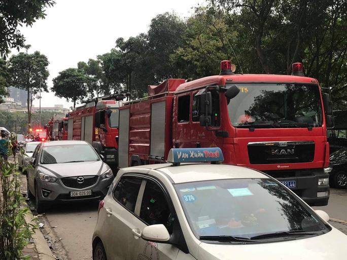 Cháy chung cư HH Linh Đàm nhiều người dân nháo nhác bỏ chạy - Ảnh 2.