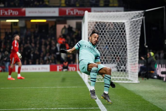 Thủ môn Watford tặng bàn thắng hy hữu, Arsenal vào Top 4 - Ảnh 4.
