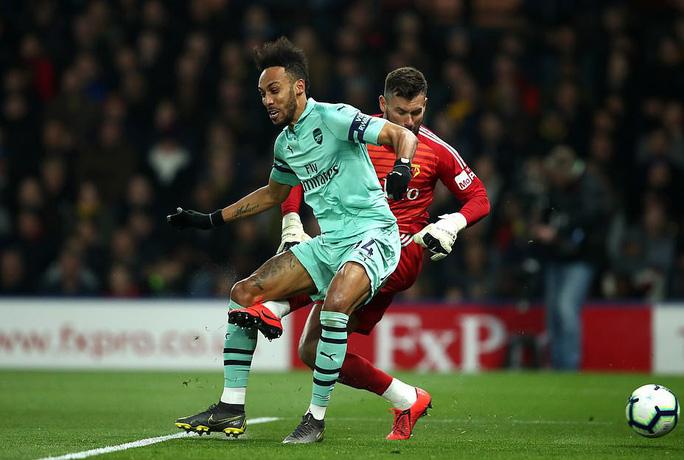 Thủ môn Watford tặng bàn thắng hy hữu, Arsenal vào Top 4 - Ảnh 3.