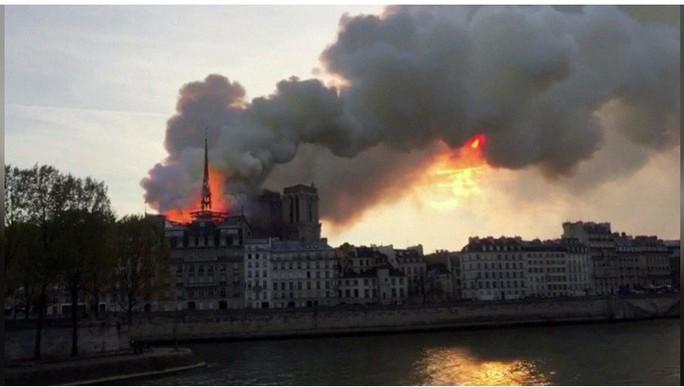 Clip:  Nhà thờ Đức Bà Paris bất ngờ bốc cháy dữ dội - Ảnh 3.