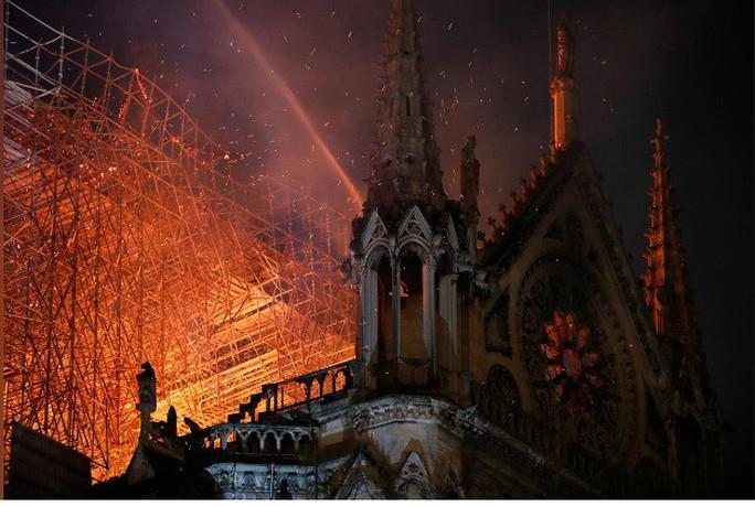 Clip:  Nhà thờ Đức Bà Paris bất ngờ bốc cháy dữ dội - Ảnh 2.