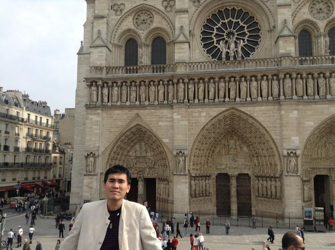 Nghệ sĩ bàng hoàng trước ngọn lửa bùng lên từ Nhà thờ Đức Bà Paris - Ảnh 4.
