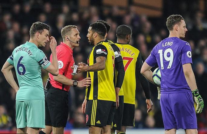 Thủ môn Watford tặng bàn thắng hy hữu, Arsenal vào Top 4 - Ảnh 2.