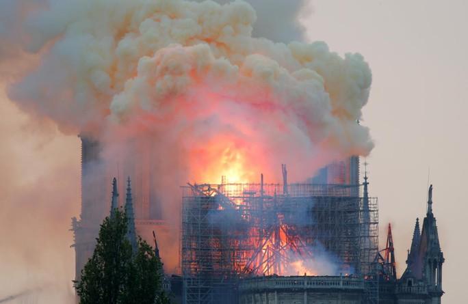 Sao thế giới lòng đau như cắt khi Nhà thờ Đức Bà cháy - Ảnh 2.
