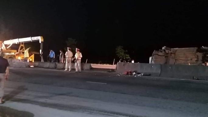 Bị xe đầu kéo tông, 5 người đi nhận hài cốt liệt sĩ bị thương trong xe con - Ảnh 1.