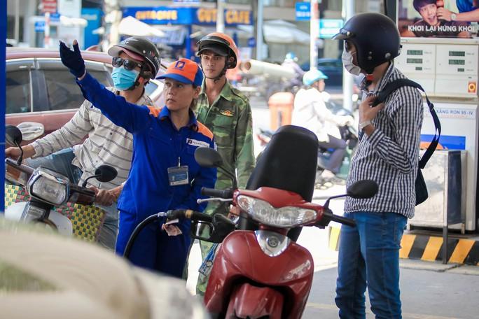 Giá xăng dầu gây áp lực lớn lên hàng hóa - Ảnh 1.
