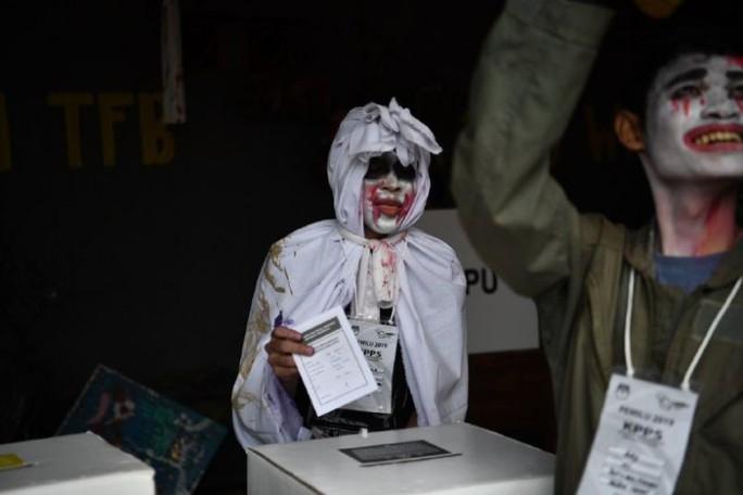 Indonesia dùng ma cà rồng lôi kéo cử tri tới bỏ phiếu - Ảnh 2.