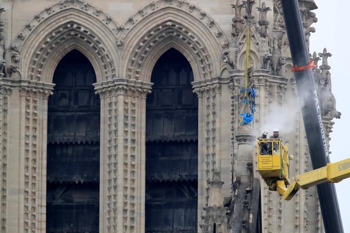 Cháy Nhà thờ Đức Bà Paris: Nghiên cứu sinh người Việt xót xa, dân Paris bật khóc - Ảnh 1.