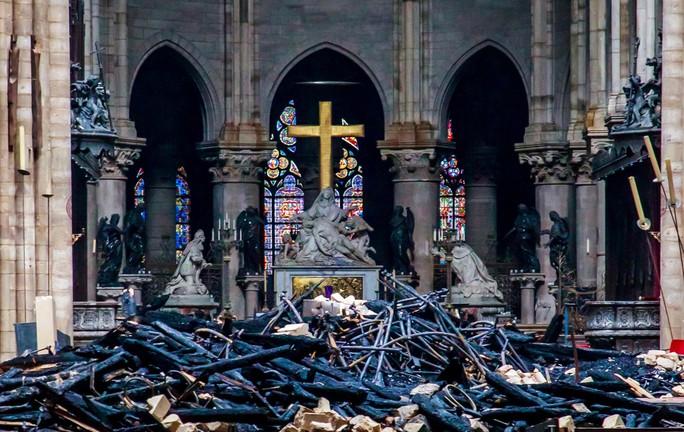 Cháy Nhà thờ Đức Bà Paris: Nghiên cứu sinh người Việt xót xa, dân Paris bật khóc - Ảnh 2.