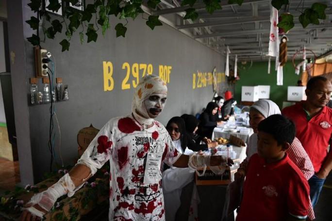 Indonesia dùng ma cà rồng lôi kéo cử tri tới bỏ phiếu - Ảnh 1.
