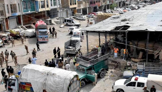 Chặn hàng loạt xe buýt, lôi hành khách xuống đất thảm sát - Ảnh 1.