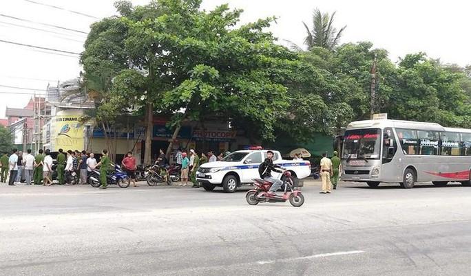 Bị nhóm người đi xế hộp chặn đầu, từ xe khách xách súng xuống nổ nhiều phát - Ảnh 1.