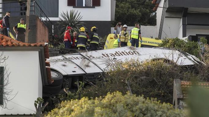 Lật xe buýt, ít nhất 29 du khách thiệt mạng - Ảnh 2.