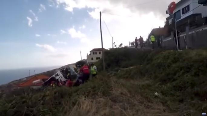 Lật xe buýt, ít nhất 29 du khách thiệt mạng - Ảnh 1.