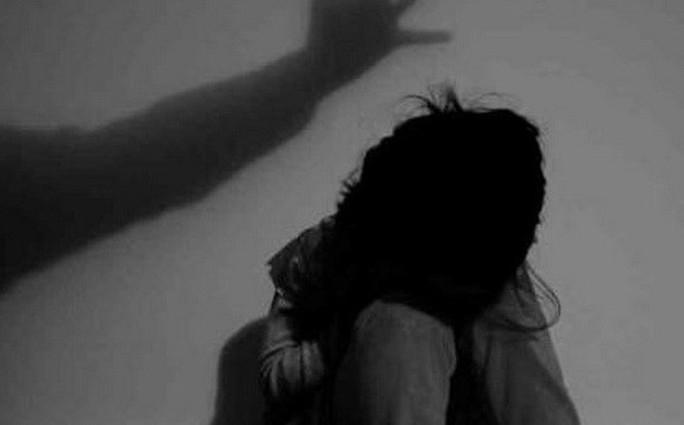 Diễn biến mới vụ 1 thầy giáo bị tố dâm ô 4 học sinh lớp 1 - Ảnh 1.