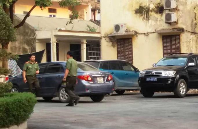 Nhiều cán bộ công an xuất hiện tại trụ sở Thanh tra tỉnh Thanh Hóa - Ảnh 1.