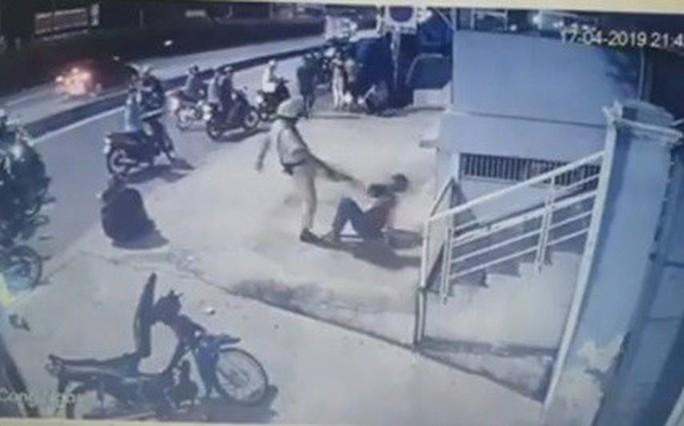 Hai người bị CSGT chĩa súng, đá vào mặt là quái xế - Ảnh 1.