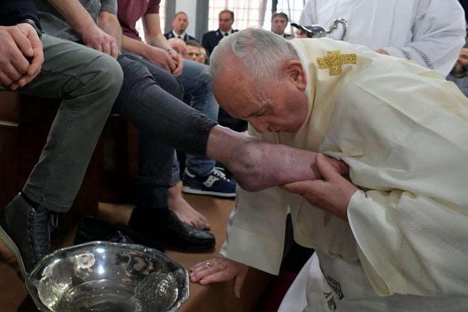 Giáo hoàng Francis rửa và quỳ gối hôn chân tù nhân - Ảnh 1.