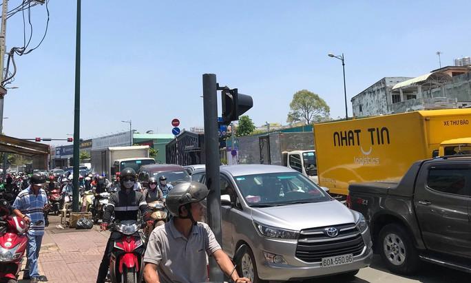 Xe tải lật giữa đường, ngàn người bơ phờ trong nắng gắt ở TP HCM - Ảnh 2.