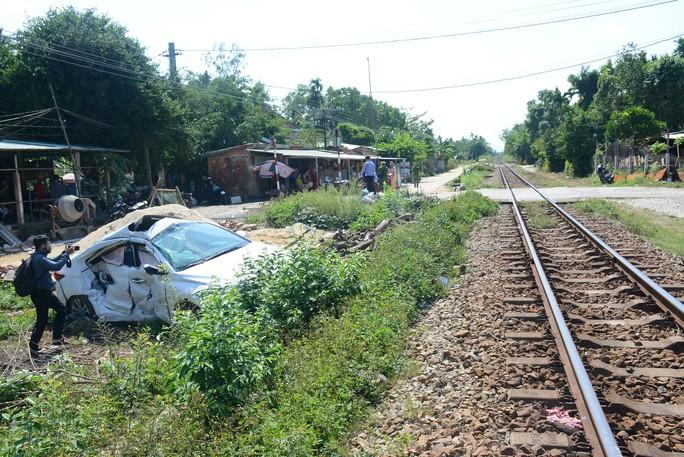 Tàu hỏa tông ôtô, 3 người bị thương nặng - Ảnh 2.