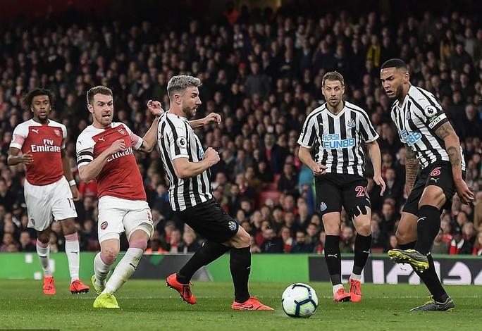 Thắng trận thứ 10 liên tiếp sân nhà, Arsenal bay vào Top 3 Ngoại hạng - Ảnh 2.
